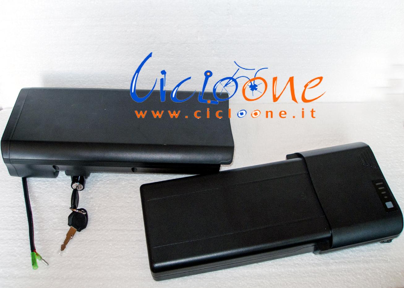 batteria portapacchi nera con chiavi